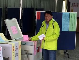 屏縣長潘孟安 回鄉與老母步行投票