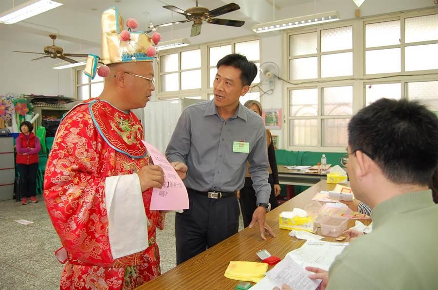 黃宏成台灣阿成世界偉人財神總統沒有身分證,選委人員解釋無法領選票。(廖素慧攝)