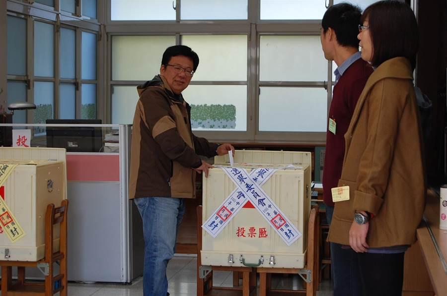 民進黨立委候選人李俊俋上午投票。(廖素慧攝)