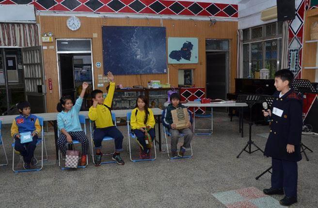 演出前的下午,再興微夢想團隊的師生則是前往南澳鄉金洋國小和筆友相見歡。
