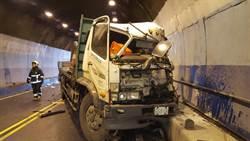 貢寮區龍洞隧道口 貨櫃車對撞大貨車交通受阻