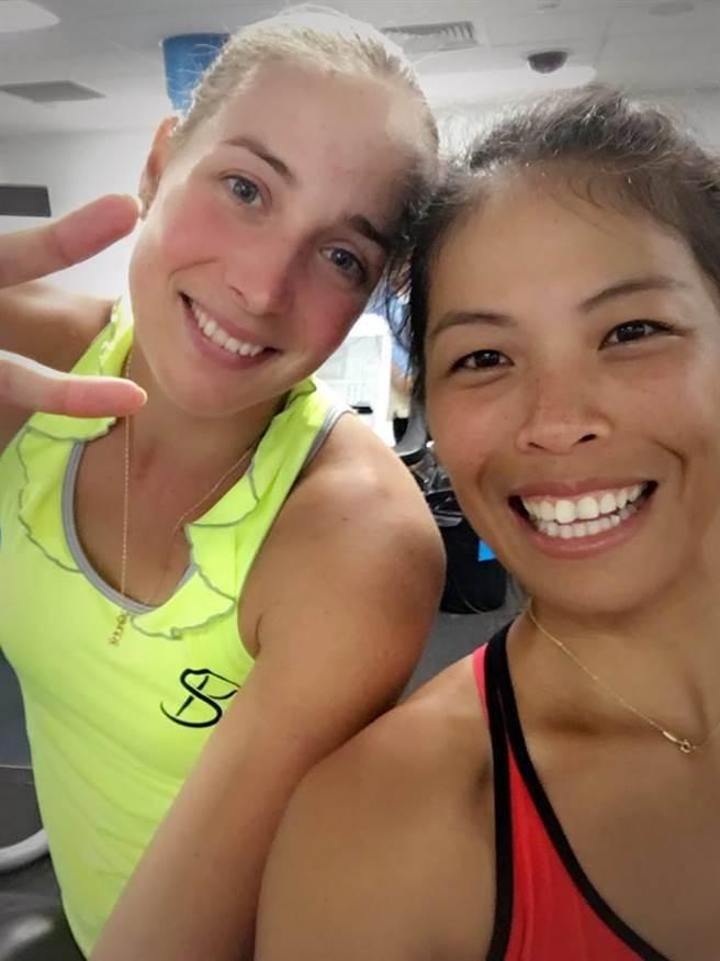 謝淑薇(右)昨與拉許妮可娃打進澳網女雙16強,今天混雙首場比賽也旗開得勝。(圖/擷自謝淑薇臉書)