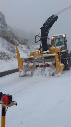 合歡山大雪紛飛 公路總局出動鏟雪車鏟雪