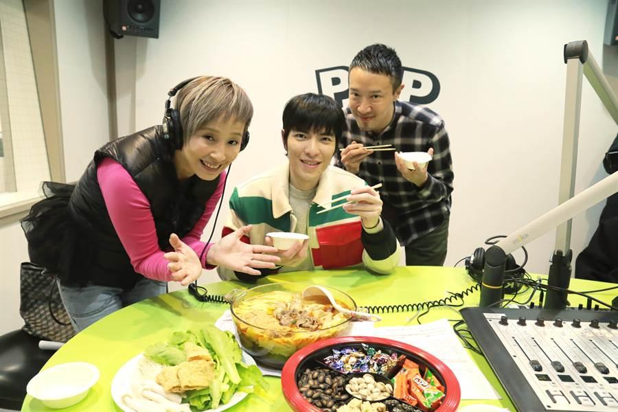 蕭敬騰錄製李明依、蔣同慶主持的《依同開Mic辣!》。POP Radio提供