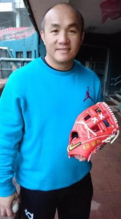 39歲搶三壘先發 張泰山手套繡「妮洛」打氣