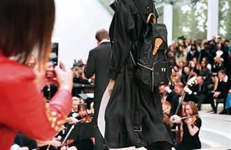 刺上名字最專屬 泰勒絲、名模瘋Burberry背包