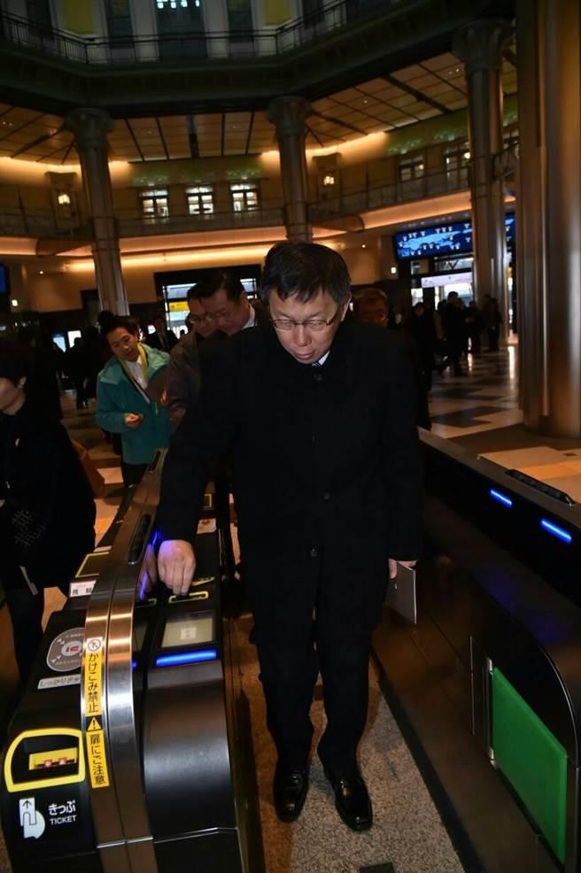 台北市長柯文哲25日到東京車站參觀。(圖/台北市政府提供)