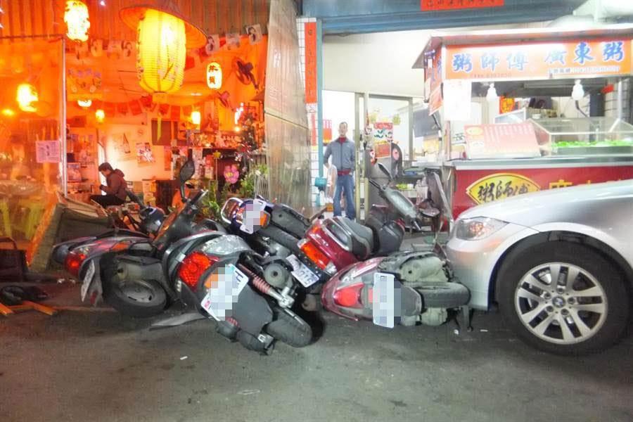 王姓男子酒駕在員林市區連環撞,多輛機車被撞成一堆。鐘武達翻攝