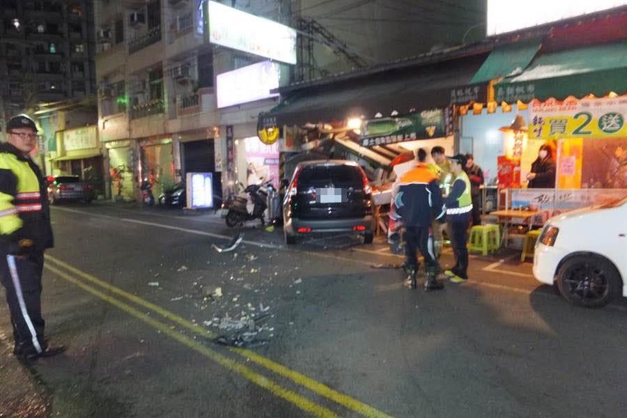 王姓男子酒駕在員林市南昌東路肇事的現場,一片凌亂。鐘武達翻攝。