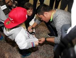 林智勝抵台 簽名透露「新背號」