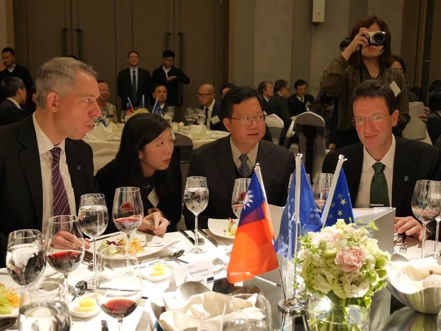 桃園市長鄭文燦(左三)受邀參加歐洲在台商務協會圓桌會議,理事長白邦德(左一)希望兩岸保持和平狀態,讓更多歐洲企業參與開發。(蔡依珍攝)