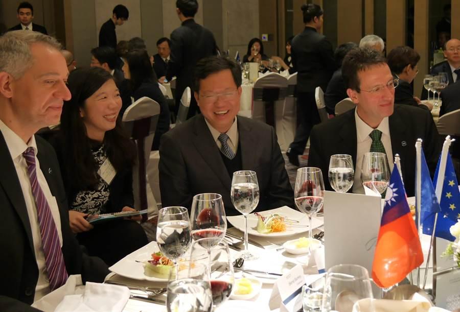 桃園市長鄭文燦(左三)今受邀參加歐洲在台商務協會圓桌會議,理事長白邦德(左一)希望兩岸保持和平。(蔡依珍攝)