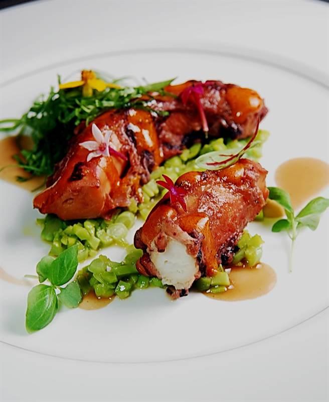 〈爐烤章魚佐蠶豆韃靼.四季豆左辣豬肉醬〉將非常傳統道地的義大利美食賦予全新形色味,展現二星主廚尼可拉.波帝納利的巧思。(圖/姚舜攝)