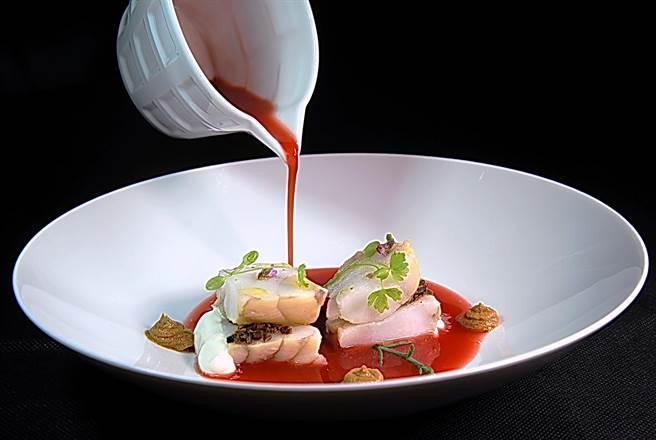 〈黑松露風味鮟鱇魚佐野菇〉是用Sous-Vide法烹調鮟鱇魚,再以紅色的煙燻番茄魚湯提味,並以野菇泥和柴魚高湯美奶滋(白色)搭配賦味。(圖/姚舜攝)