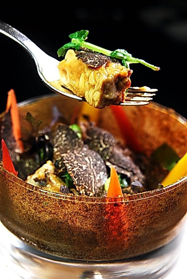 〈諾爾恰黑松露襯根莖時蔬佐爐烤洋芋泥〉表層舖滿了現刨的黑松露,裡面並「埋伏」了「天貝」,玻璃杯內側並塗滿了蘑菇粉,味道與口感層次很豐富。(圖/姚舜攝)
