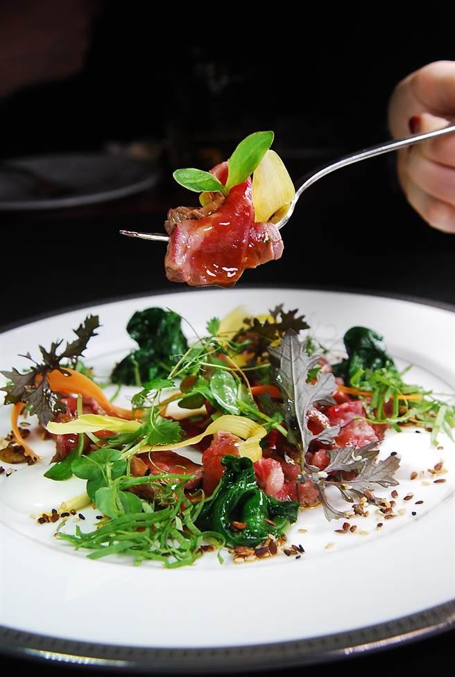 〈美國特級沙朗〉是將烤過的沙朗牛肉片與各式蔬菜搭配,呈盤時宛如一繽紛的花園。(圖/姚舜攝)