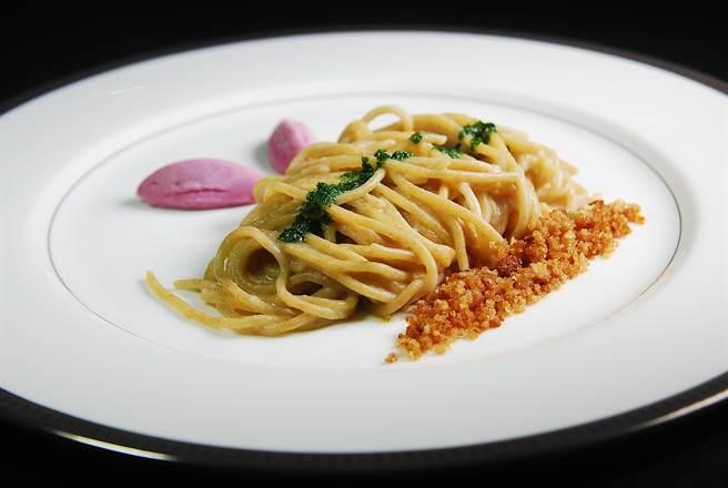 用全麥手工製作的義大利麵,是用醃漬的白鯷魚醬汁與青醬,以及紅洋蔥作的Sorbet提味,並用了烤乾的麵包屑增加口感,味道非常獨特。(圖/姚舜攝)