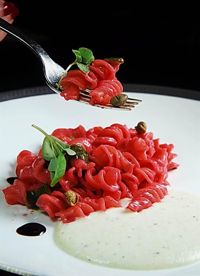 〈紅甜菜螺旋麵〉的提味醬汁是以義大利古法製作的醃漬鱈魚醬,麵紅醬白,上桌時很搶眼。(圖/姚舜攝)