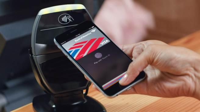 外媒報導,至少有兩家美國當地的銀行積極開發支援NFC的ATM,將是Apple Pay或是Android Pay等行動支付服務的全新階段。(圖/翻攝蘋果官網)