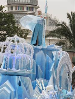東京迪士尼春節祭出《冰雪奇緣》花車遊行