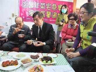 高雄副市長探獨老 送年菜祝「呷百二」