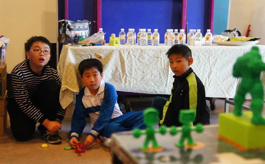 ▲是策劃人也是校友的孫震南在新加坡科技研究局工作,將3D列印技術帶入母校佳冬國小,並舉辦比賽檢視孩子們學習成果。(周綾昀攝)