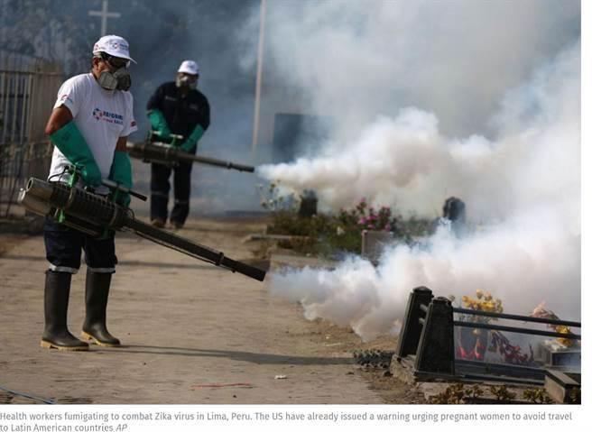 茲卡病毒迅速蔓延,世衛組織認為嚴重的情況已經符合全球關注的緊急公衛事件。圖為祕魯的衛生當局在當地展開大規模滅蚊行動。(美聯社檔案照)
