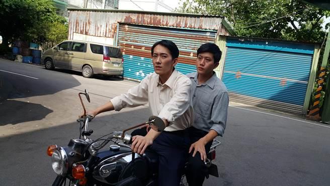 施名帥(左)與莫子儀在公視《燦爛時光》演特務。(華聯國際提供)