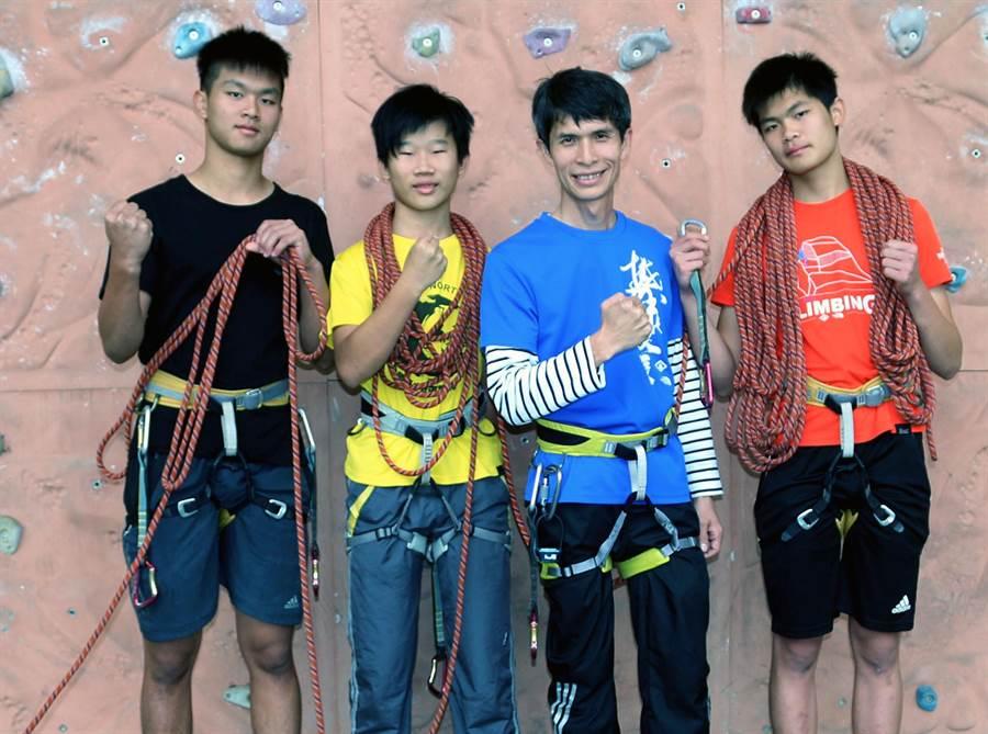 壽山國中國文老師林晉男(右二)帶領學生攀岩建立自信心。(吳江泉攝)