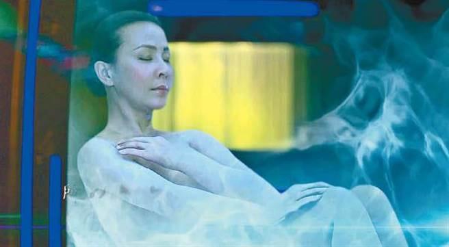 劉嘉玲為《賭城風雲3》插曲MV所拍攝的全裸片段曝光。(圖/翻攝YouTube)