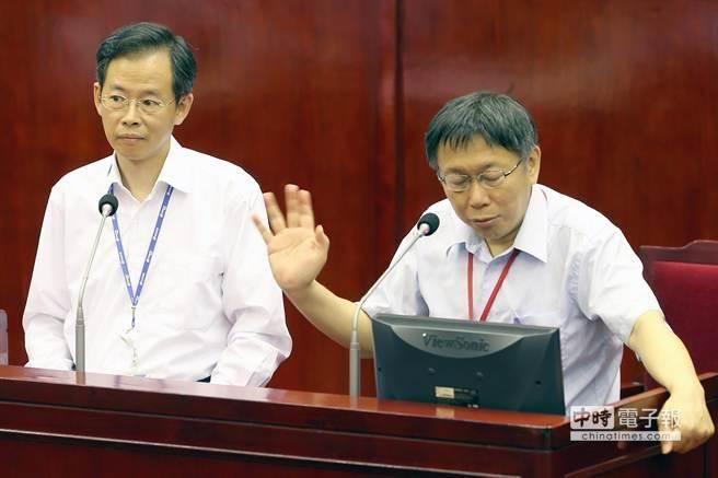 台北市長柯文哲罵北捷總經理「不要睜眼說瞎話」,還揮手叫他下台回座位。(報系資料照/陳麒全攝)