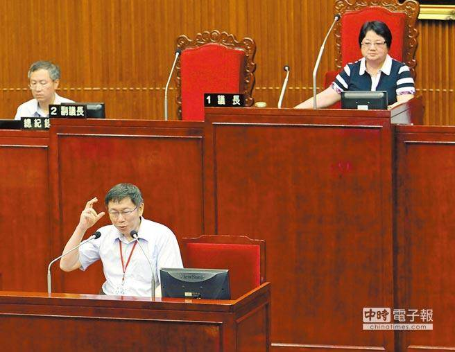 柯狂電下屬,議長吳碧珠(右)在總質詢結束後嚴詞提醒市長,表示帶人要帶心,應該好好對待部屬,不要用奇怪或粗爆言語應對,柯文哲表示會接受批評改進。(報系資料照/趙雙傑攝)
