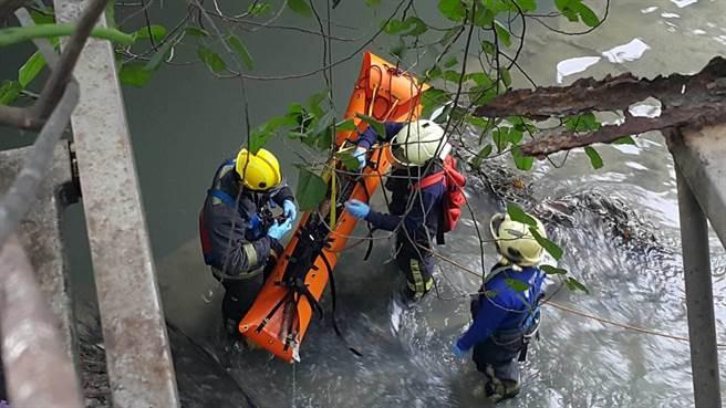 警消獲報今天下午1時許接獲民眾報案,發現板橋四川路排水溝裡有具裸屍。(民眾提供)