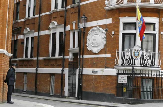 2015年3月一名英國警方在倫敦厄瓜多大使館外駐守。(美聯社)