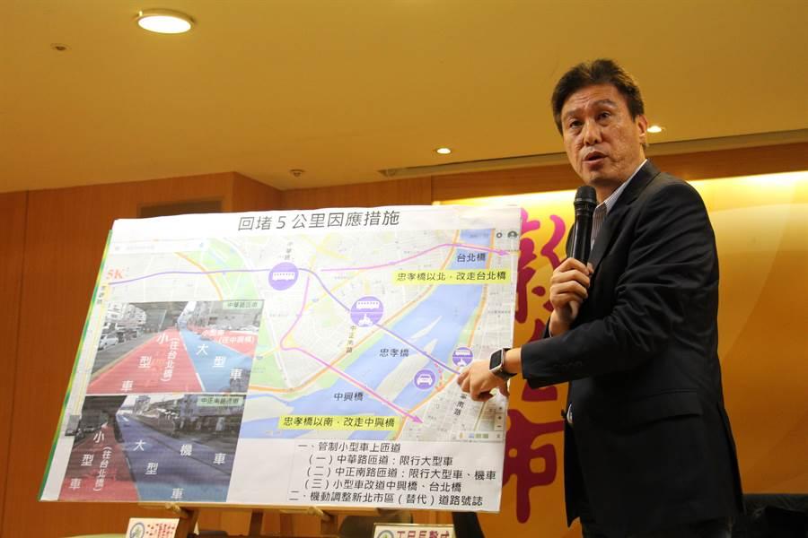 新北交通局長王聲威今日說明忠孝橋引道拆除相關疏導措施。(池雅蓉攝)