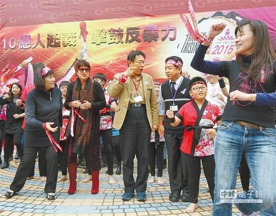 台北市長柯文哲參加勵馨基金會活動,因為突然被要求跳舞,感到不悅,當場訓斥身旁的社會局長許立民,許立民一臉尷尬,臉色難看。(圖/中時資料庫 王錦河攝)