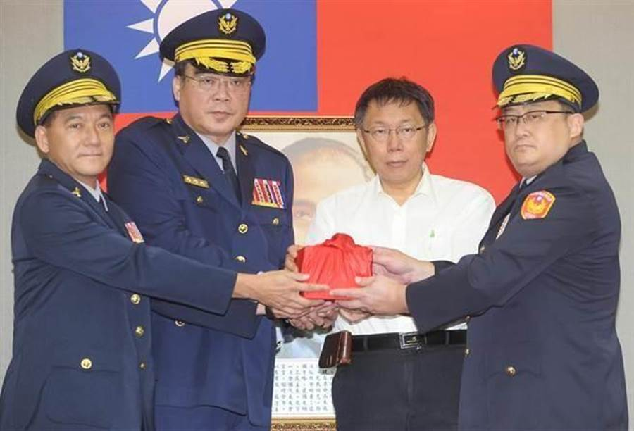 圖為張夢麟(左一)與台北市長柯文哲(右二)參與新任分局長布達交接典禮。(本報系資料照/季志翔攝)