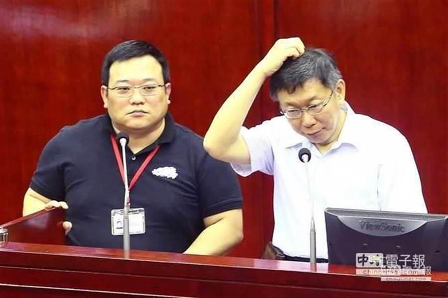 藍綠議砲轟市府顧問洪智坤(左)洩密,要求柯文哲(右)對人事開鍘,不料柯失言回答「殘障人士找工作不是很容易」、「顧問是有問才開口,沒問顧門口」。(報系資料照/鄧博仁攝)