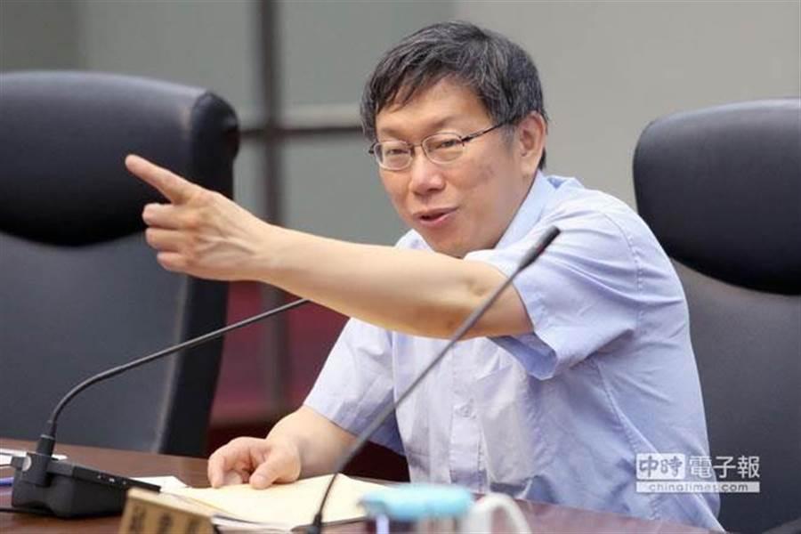 台北市府去年6月30日交通會報,對於十大違規停車、十大塞車熱點改善慢,市長柯文哲說重話,要交通局年底前解決。(陳麒全攝)