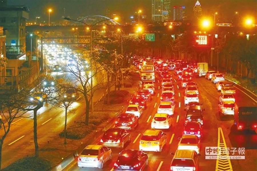針對內湖上下班塞車問題,台北市長柯文哲曾下令要在「9個月內解決」,但如今內湖交通問題卻更嚴重。圖為內湖堤頂大道二段,下班尖峰時段猶如大型停車場。(陳信翰攝)
