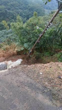 雨後土石鬆軟 林口後坑道路坍方中斷
