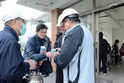 強震後災區送暖 台南慈濟發放逾500份熱食