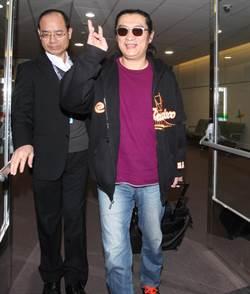 資深藝人黃安7日凌晨自北京回台證明他的身分