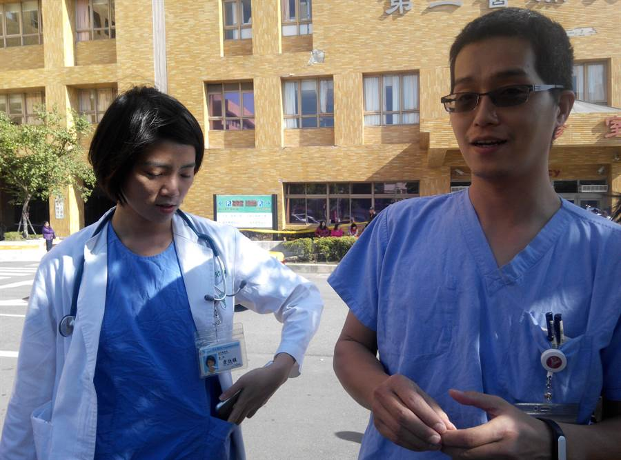 奇美醫院急診部醫師詹欣韻(左)及護理長郭文福進駐在維冠倒塌現場,為被救出的傷患做最快速妥適的療護。(許素惠攝)