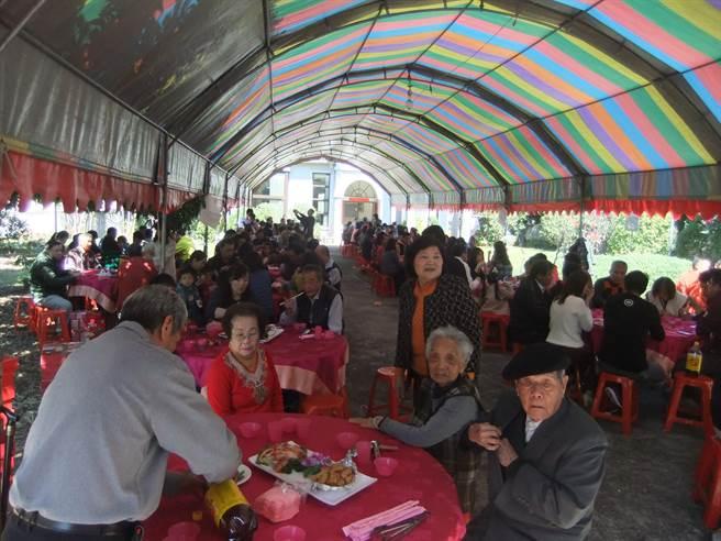 辦了近20年「回娘家」團圓宴的太平區張姓大家族,5代同堂近600人團聚吃年菜,熱鬧滾滾。〈張妍溱攝〉