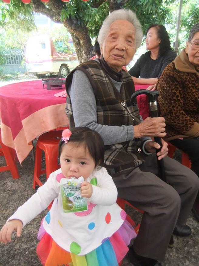 年紀最大的是98歲的高祖母張楊嬌娥,最小的是2歲的玄外孫女林恩聿。〈張妍溱攝〉