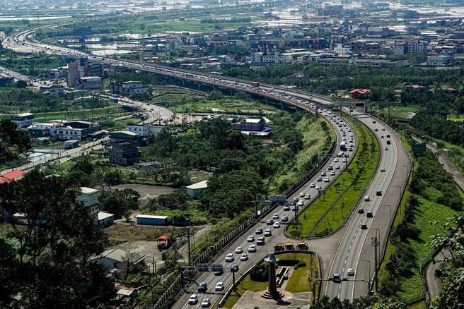 高公局表示,國5北上段車流在上午11時30分一度回堵達5公里長。(李忠一攝)