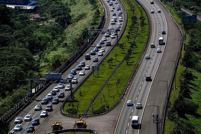 大年初三國5北返車流湧現,高公局建議用路人可改走北宜公路、濱海公路等替代道路。(李忠一攝)