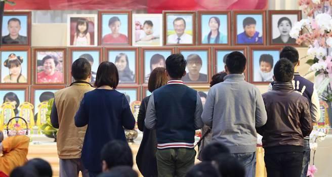 台南市政府上午為地震受難者舉行頭七法追思法會。(王爵暐攝)