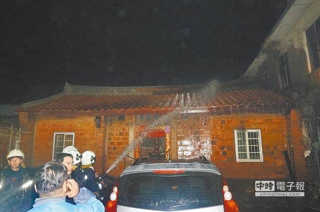 桃園龍潭除夕夜驚傳人倫悲劇,51歲的翁姓男子縱火燒死6親人,警消在現場發現疑似用來潑灑汽油的寶特瓶。(楊宗灝攝)